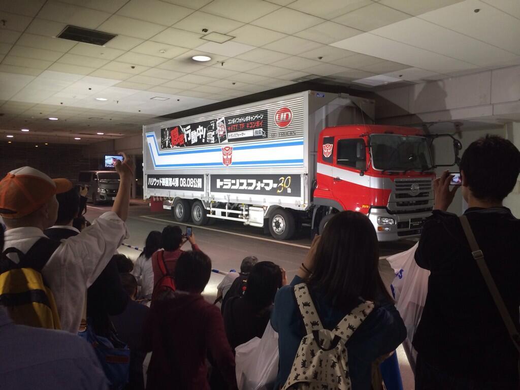 30th-anniversary-optimus-truck-in-japan